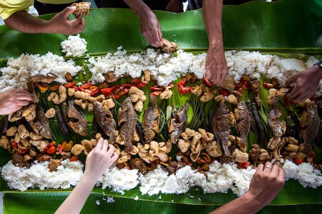 【ブードルファイト】フィリピン伝統の軍隊式料理は手づかみで食べる
